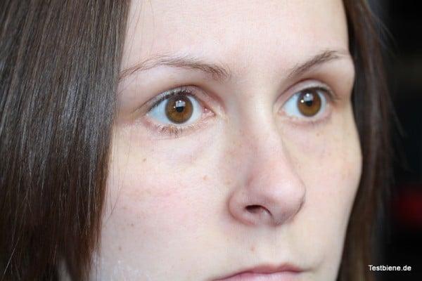 ungeschminkt, hier sieht man am besten die Rötungen und leichten Augenringe