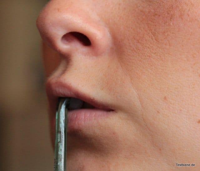 gegen Spiegel-Spritzer den Mund leicht schließen