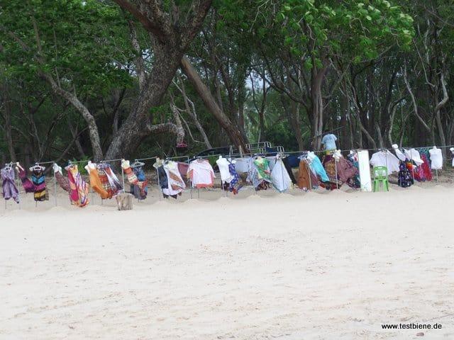 Kleiderverkauf am Strand