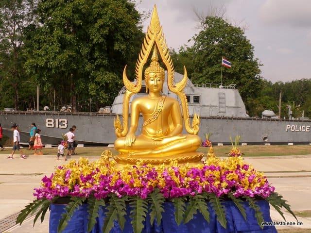 Budda vor dem Tsunami Denkmal