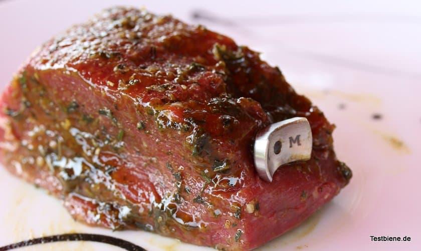 Steak Champ seitlich mit voller Länge in das Fleisch einschieben, am besten zentral mittig