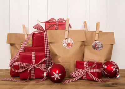 Klassisch verpackte Weihnachtsgeschenke in rot wei kariert mit Adventskalender Tten.